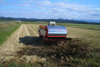 堆肥散布によるお米づくり